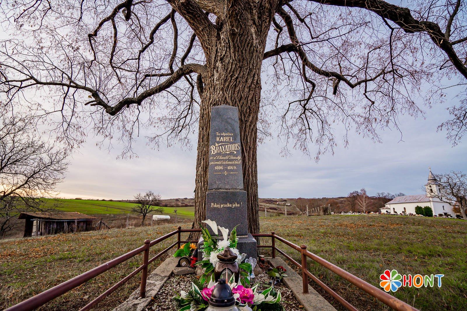 Hrob Karola Braxatorisa na cintoríne v Hontianskych Tesároch