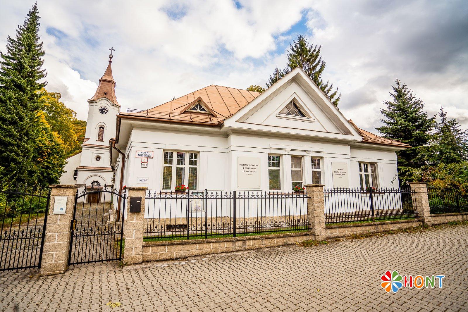 Fara a evanjelický kostol v Radvani