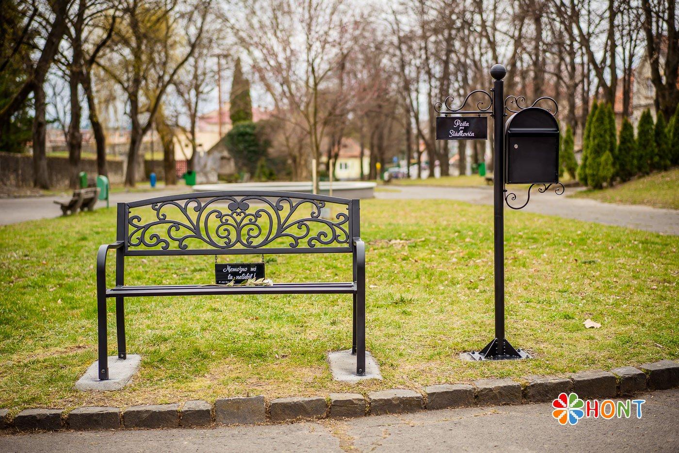 Lavička venovaná A. Sládkovičovi v parku v Krupine