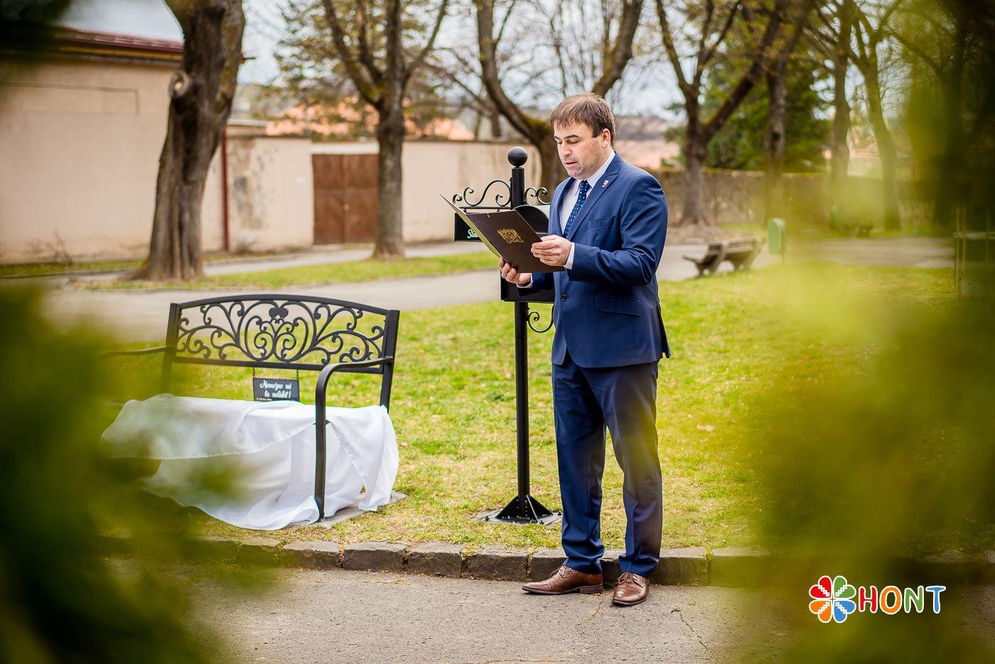 Slávnostné odhalenie lavičky v parku A. Sládkoviča (na fotografii primátor mesta Krupina Ing. Radoslav Vazan)