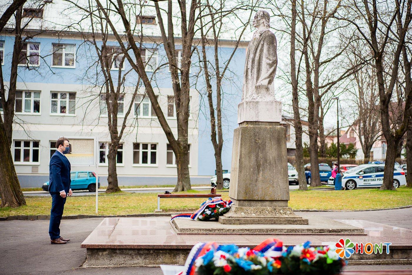 Slávnostné kladenie vencov pri soche A. Sládkoviča v Krupine