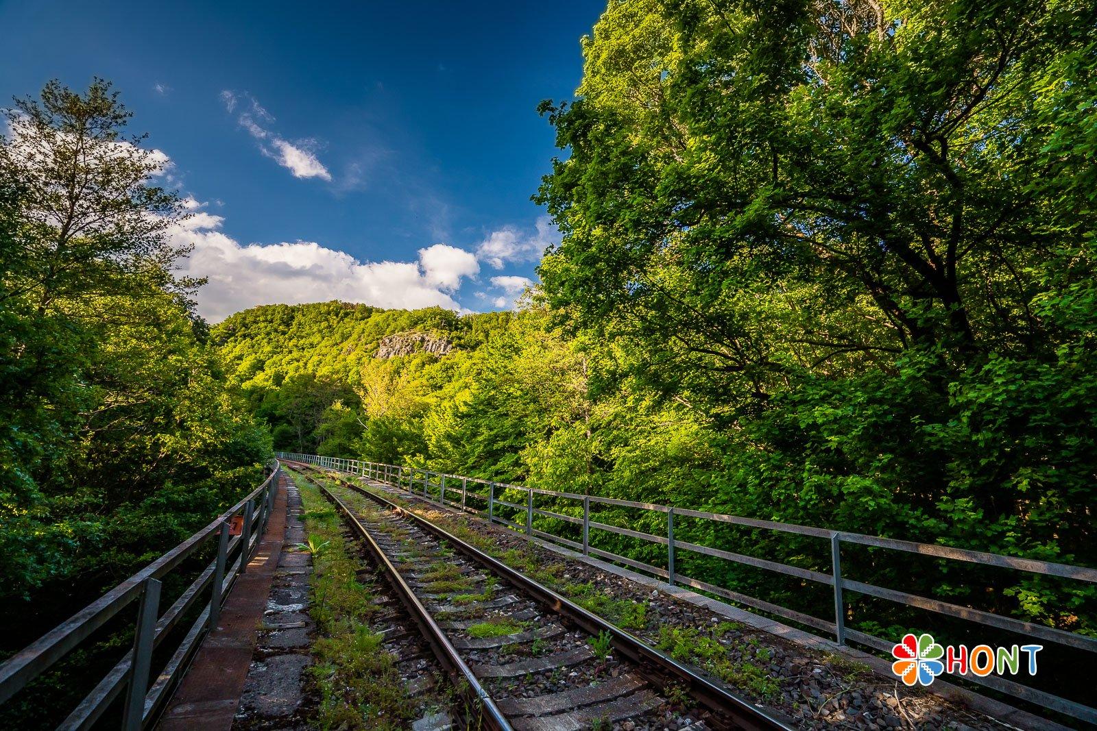 Železničná trať a v pozadí Mäsiarsky bok