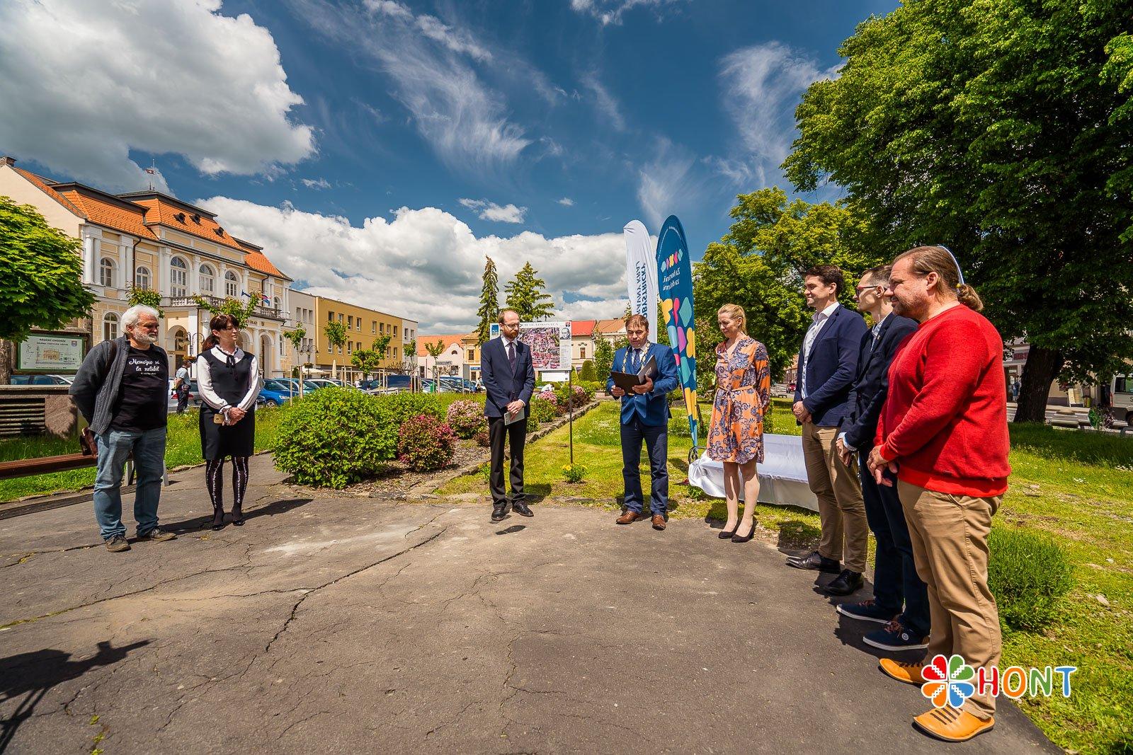 Otvorenie lavičky A. Sládkoviča v Krupine za účasti predstaviteľov BBSK